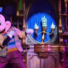 Mickey und Lumiere treffen im Musical aufeinander