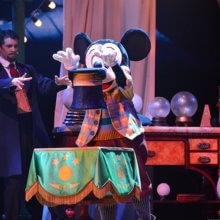 Mickey und der Zauberer bringen in der Show Mickey and the Magician einen Zylinder zum Schweben