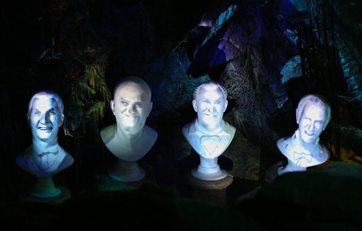 Die Büsten der Grim Grinning Ghosts singen abwechselnd im Phantom Manor
