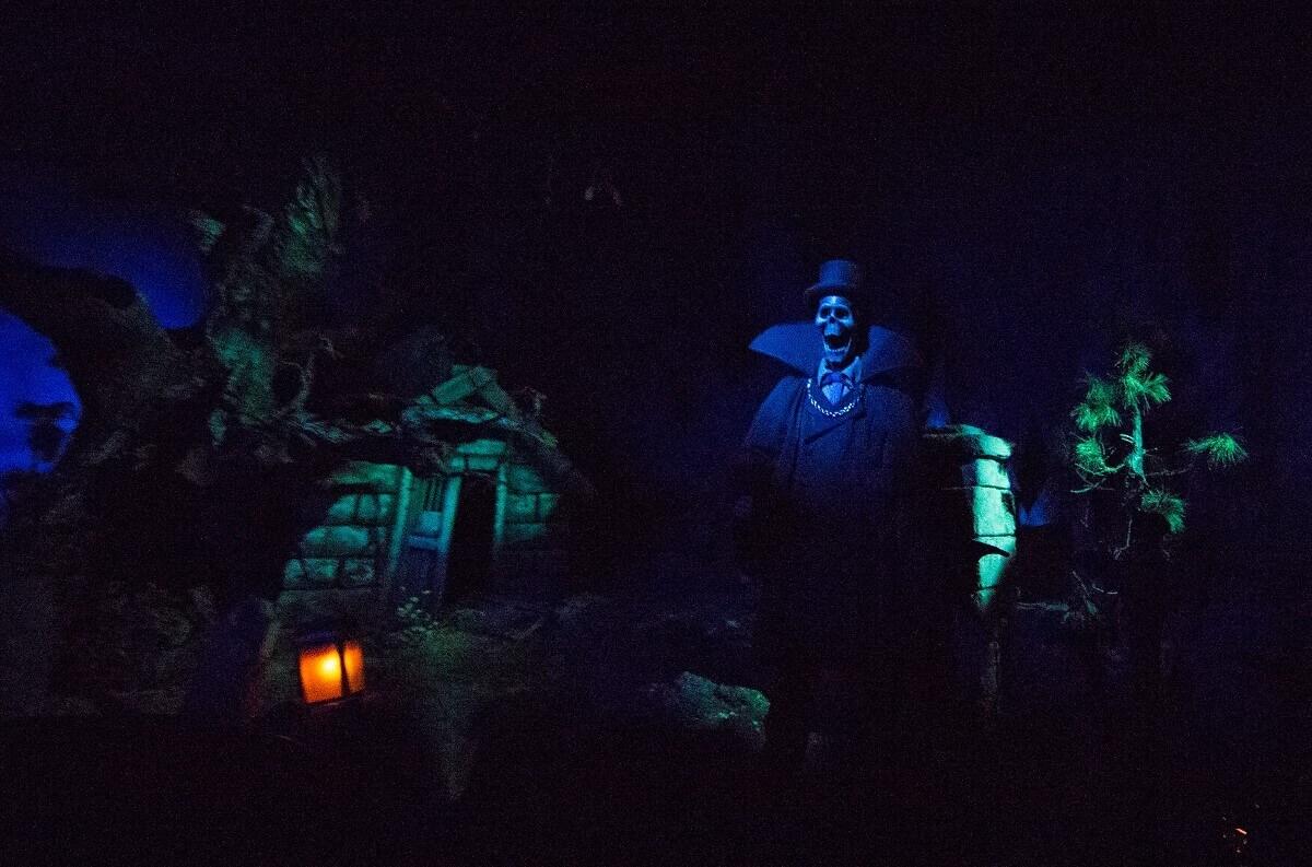 Das Phantom im Phantom Manor empfängt dieBesucher am Rande des Friedhofs