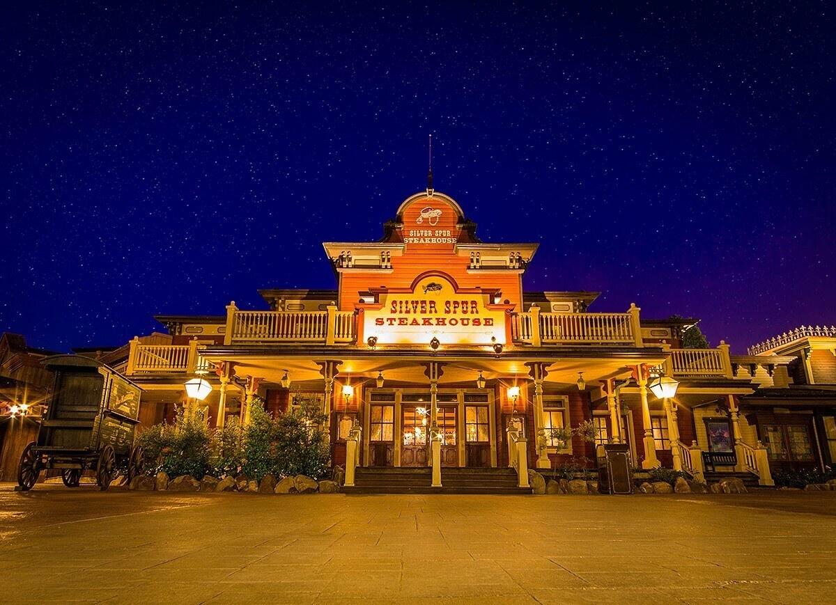 Die beleuchtete Fassade des Silver Spur Steakhouse bei Nacht.