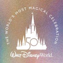 Logo des Cinderella Castle in Walt Disney World vor schillerndem Hintergrund