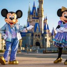 Mickey und Minnie vor dem Schloss