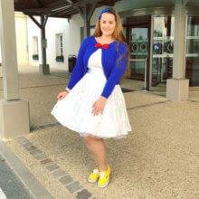 Eine junge Frau trägt ein Donald Duck Disneybound