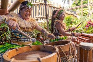 Zwei polynesische Trommler beim musizieren