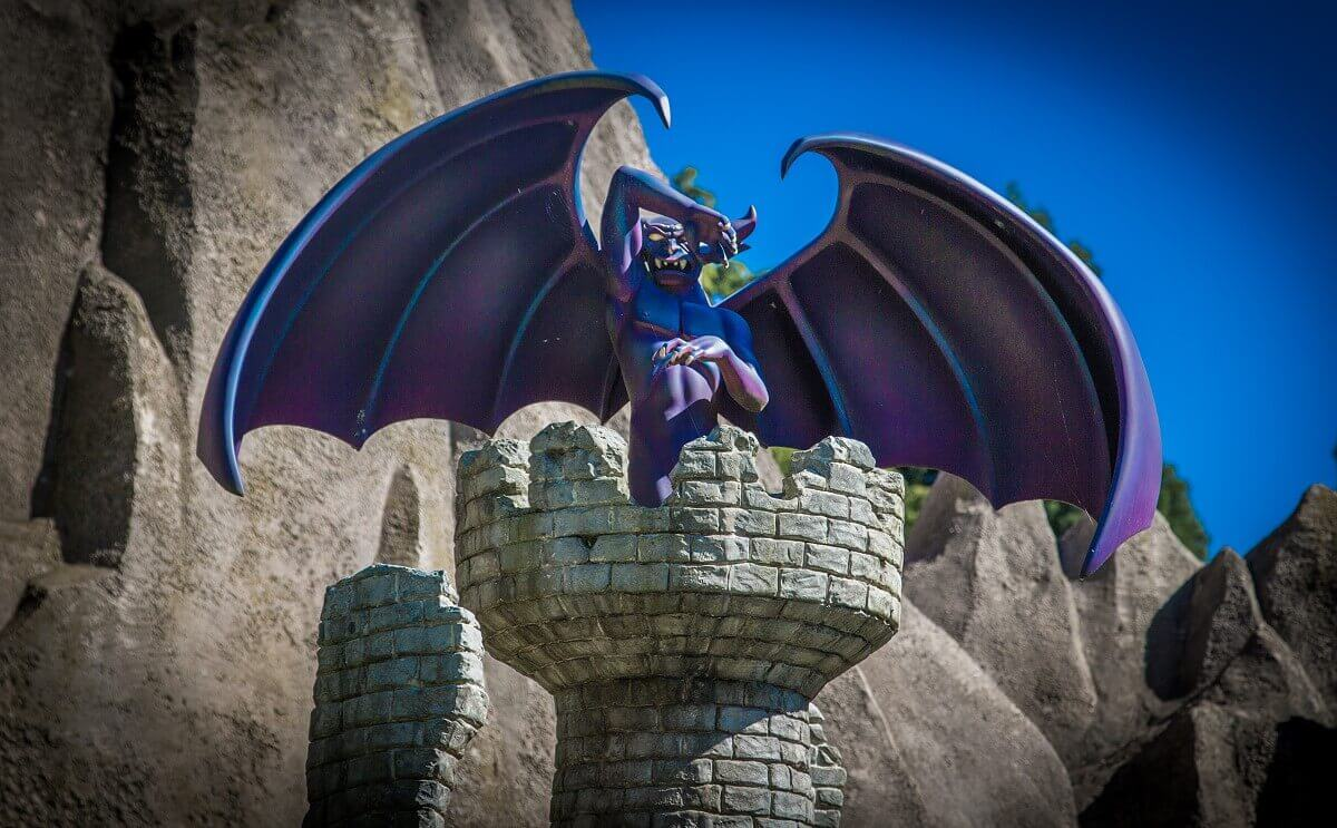 Der Chernabog, eine geflügelte Kreatur mit Hörnern aus dem Film Fantasia, hier als Miniatur auf einem Turm im Storybook Land.