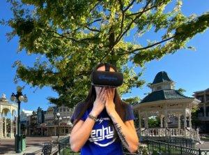Frau mit Virtual Reality Brille auf Main Street U.S.A.