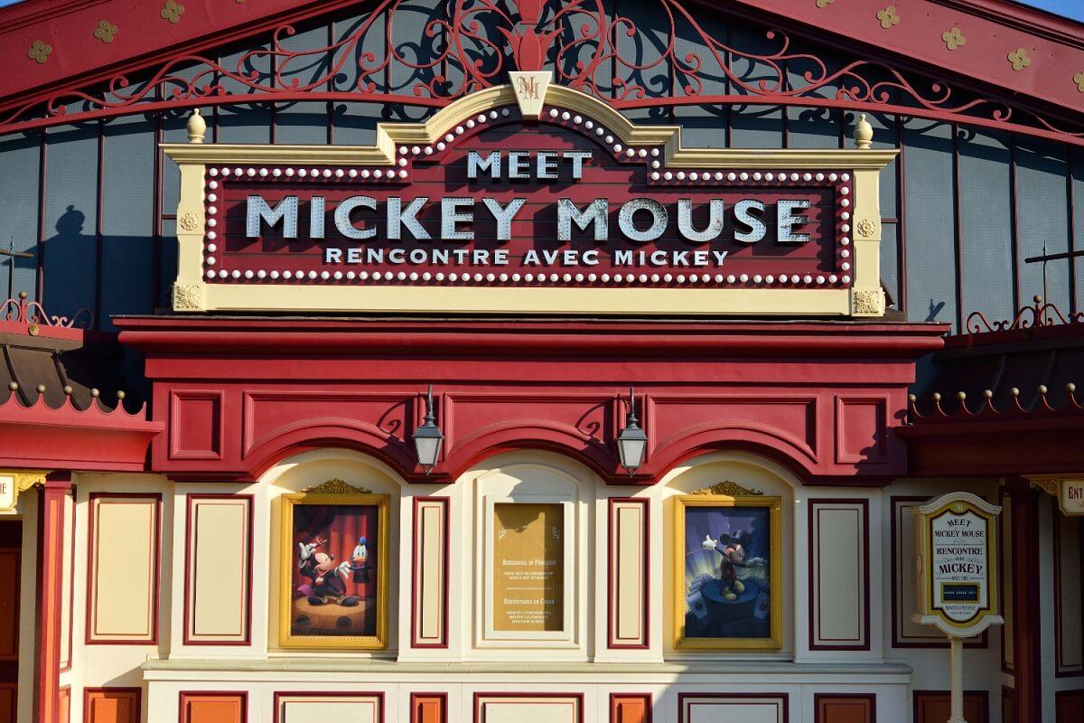 Blick auf den Eingang zum Meet Mickey Pavillon im Fantasyland in Disneyland Paris