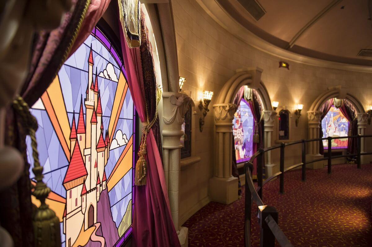 Blick auf die hübschen Buntglasfenster im Prinzessinnen Pavillon im Fantasyland