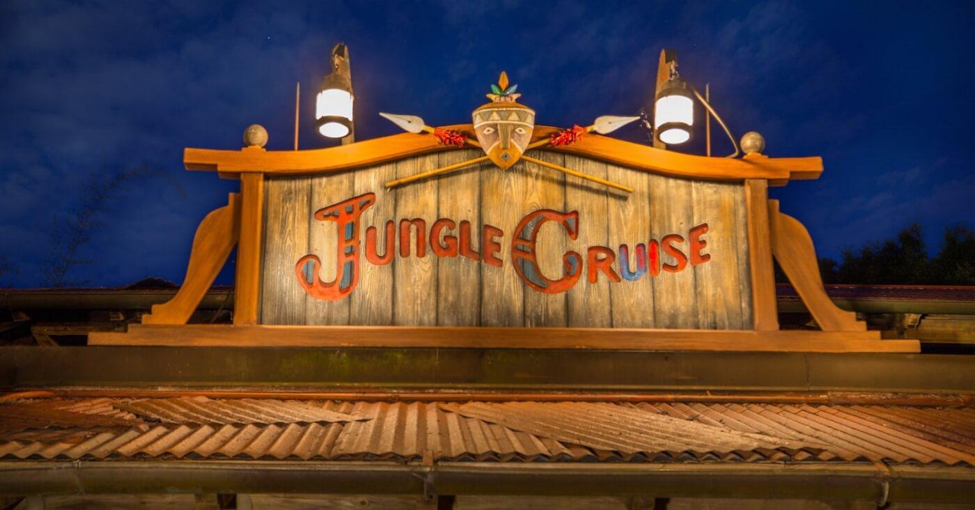 In der Dunkelheit ist das beleuchtete Schild mit der Aufschrift Jungle Cruise am Eingang zur Attraktion im Adventureland im Magic Kingdom zu sehen