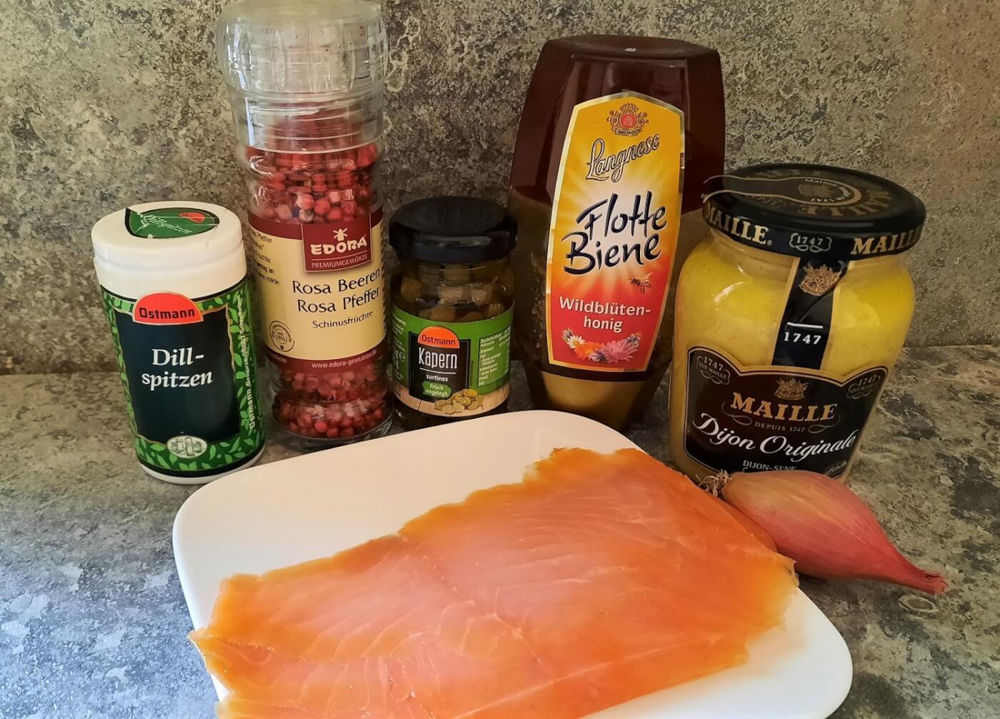 In einer Küche sind die benötigten Zutaten für das Smoked Salmon Carpaccio nach Disney Cruise Line Rezept zu sehen