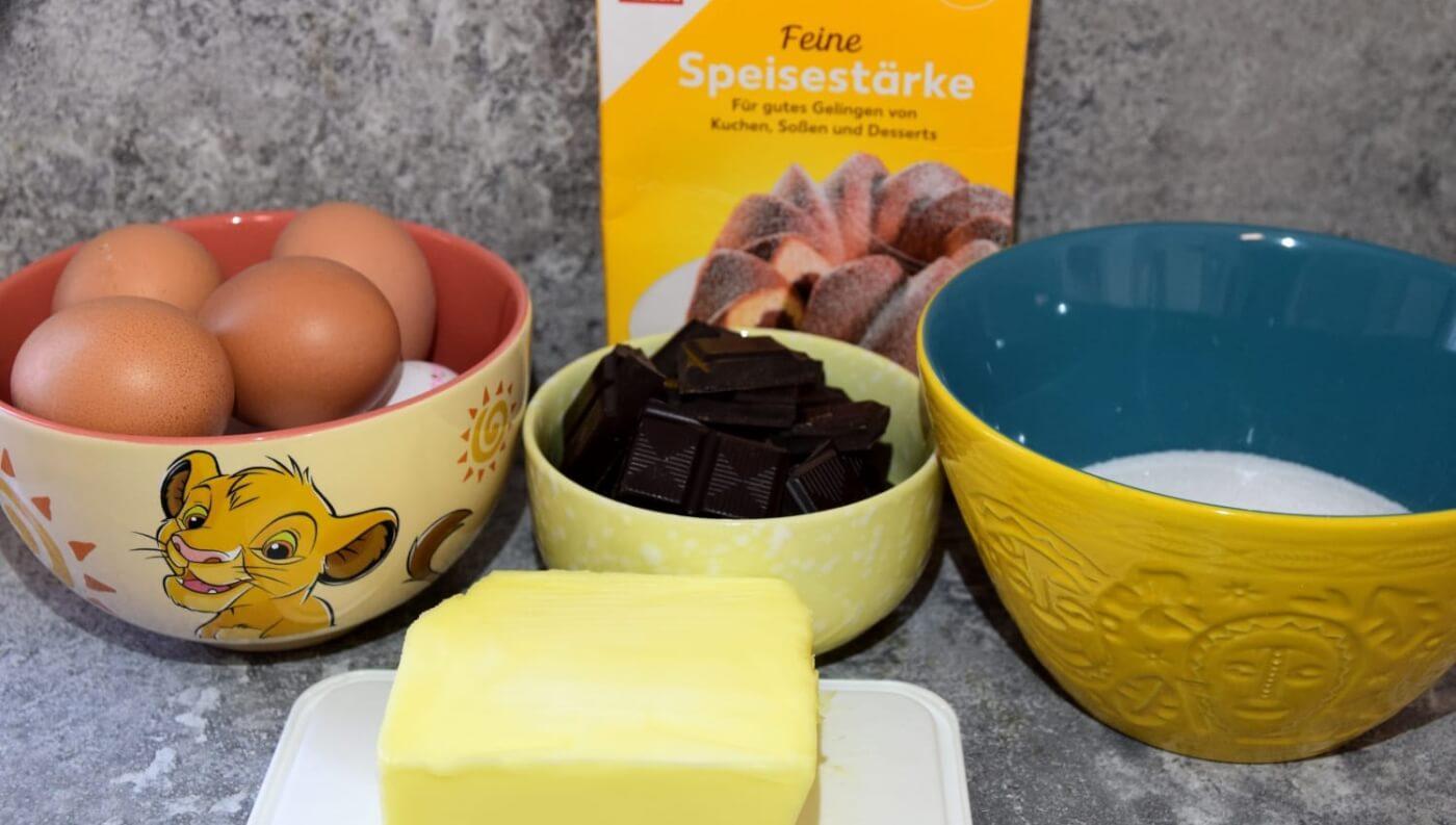 In mehreren Schüsseln mit Disneymotiven sind die benötigten Zutaten für den Chocolate Lava Cake nach einem Disney World Rezept sichtbar