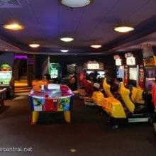 Blick in die Arcade Alpha im Videopolis mit verschiedenen Spielautomaten