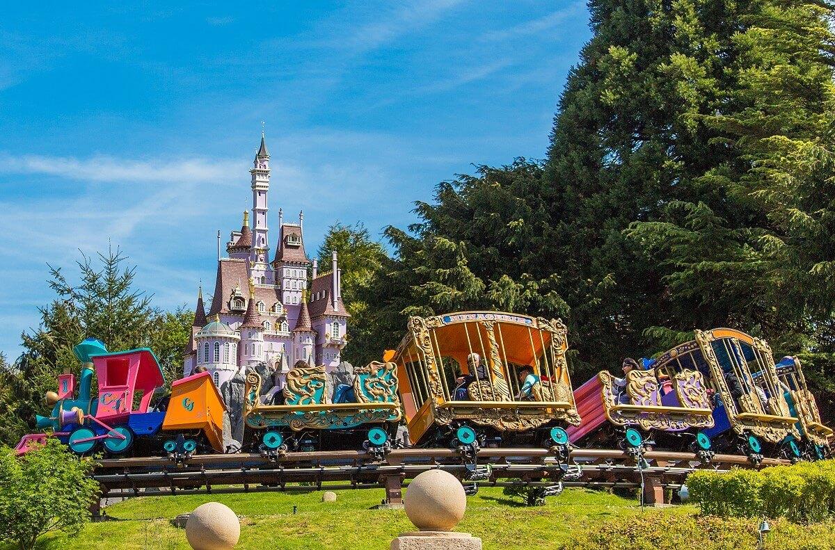 Der Zug Casey Jr. als Schienenbahn vor dem schönen Schloss aus dem Land der Riesen.