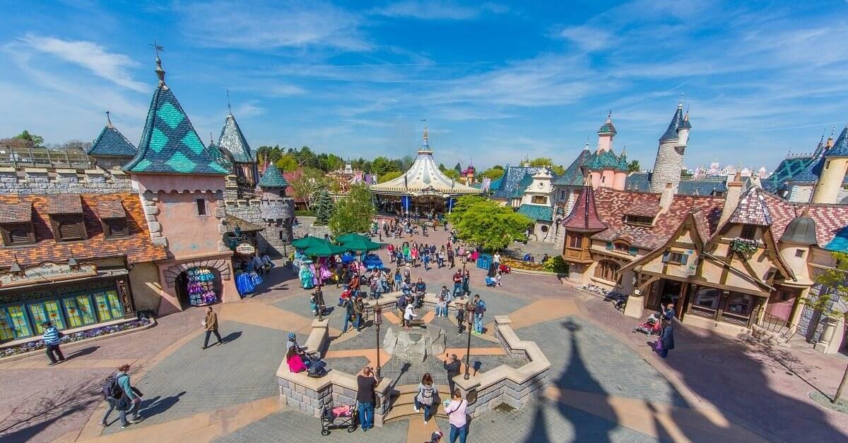 Vom Dornröschenschloss aus blickt man auf das Fantasyland in Disneyland Paris