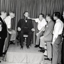 Walt Disney ist zusammen mit einigen Mitarbeitern an der Animatronic Figur von Abraham Lincoln zu sehen