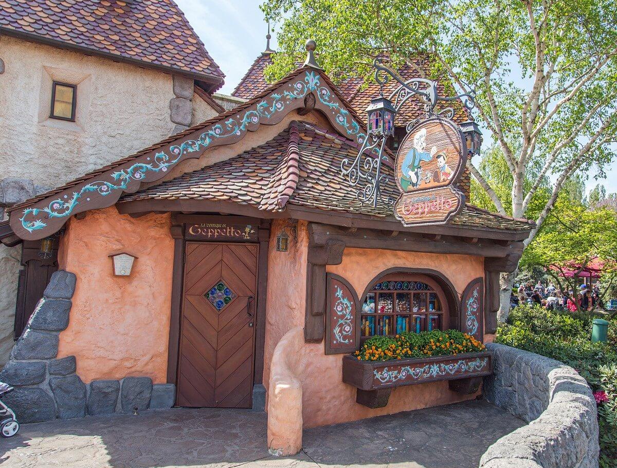Die Außenfassade des Shops Bottega die Geppetto aus dem Film Pinocchio.