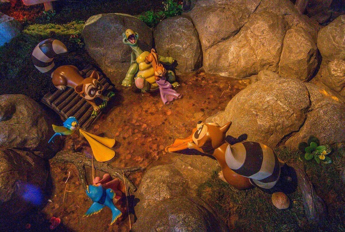 Einige von Schneewittchens tierischen Freunden machen im Bach die Wäsche. Eine Szene aus dem Shop La Chaumière des sept Nains.