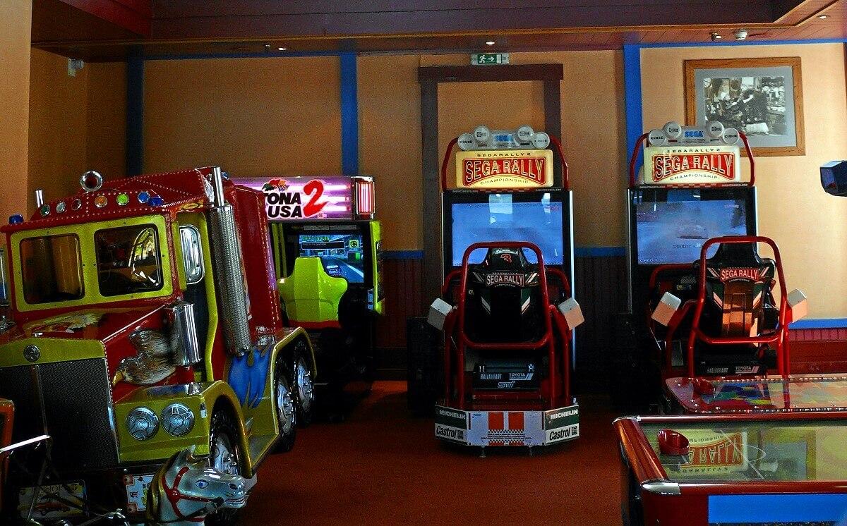 Nevada Game Arcade mit zwei Sega Rally Automaten und einem Truck, davor ein Air Hockey Tisch