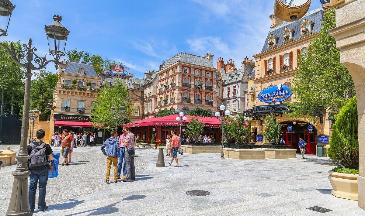 Der Place de Rémy in den Walt Disney Studios in Disneyland Paris erstrahlt bei blauem Himmel und Sonnenschein
