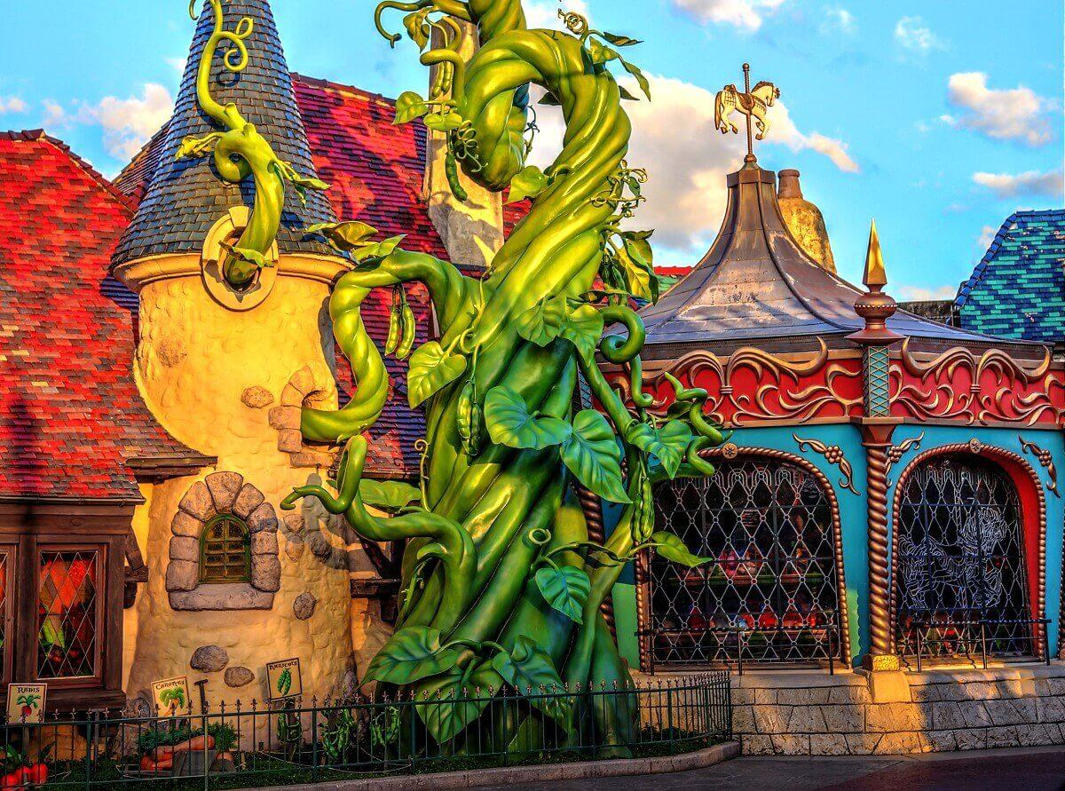 Am Gebäude von Sir Mickey's Boutique in Disneyland Paris rankt sich eine Bohnenranke empor