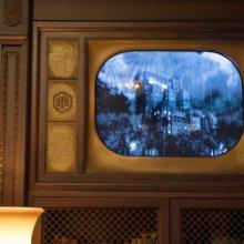 Alter Schwarz-Weiß-Fernseher in der Bibliothek des Hollywod Tower Hotels zeigt die Geschehnisse im Hotel