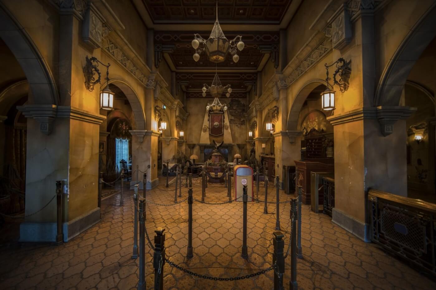 Lobby und Warteschlangenbereich der Attraktion Twilight Zone Tower of Terror in den Walt Disney Studios