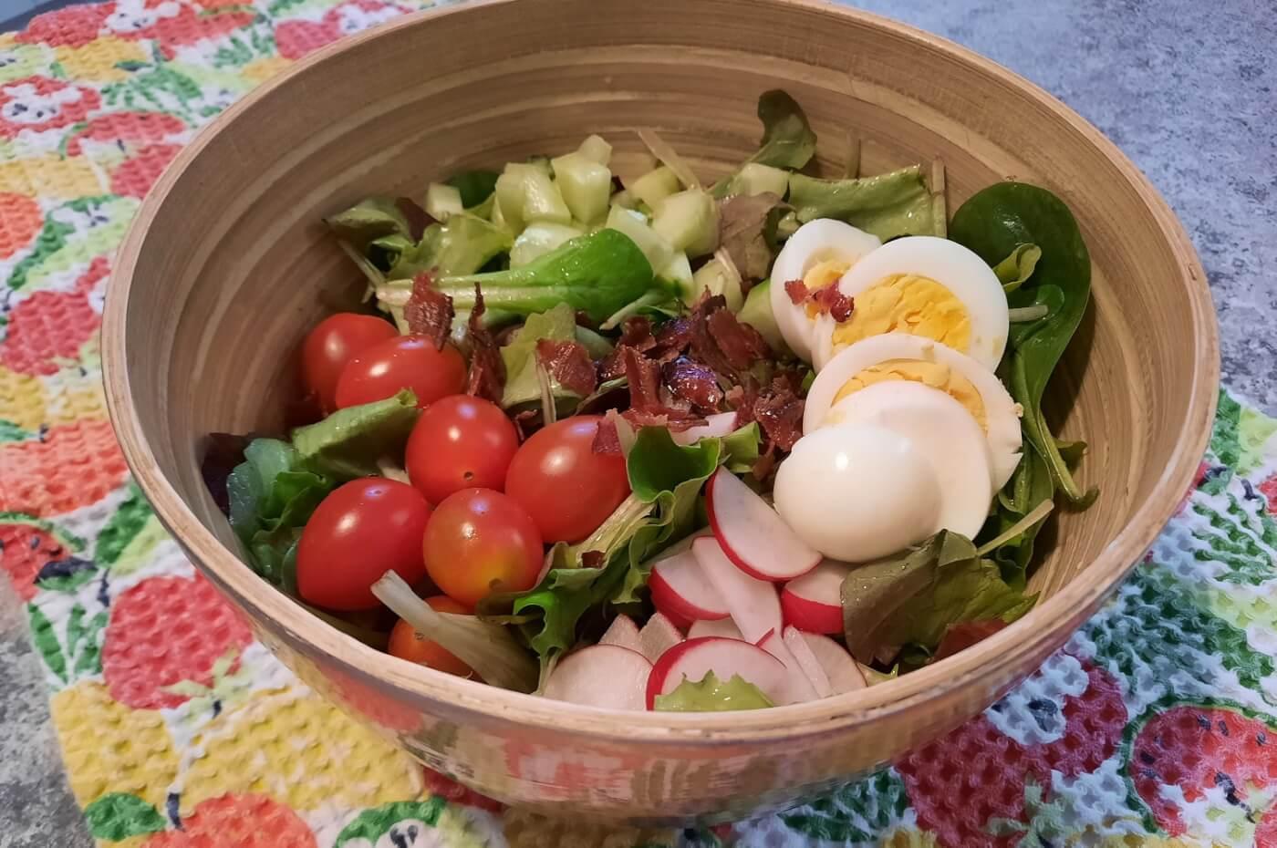 Nahaufnahme des fertig angerichteten Harvest-inspired Garden Salad nach einem Rezept aus dem Garden Grill in Epcot