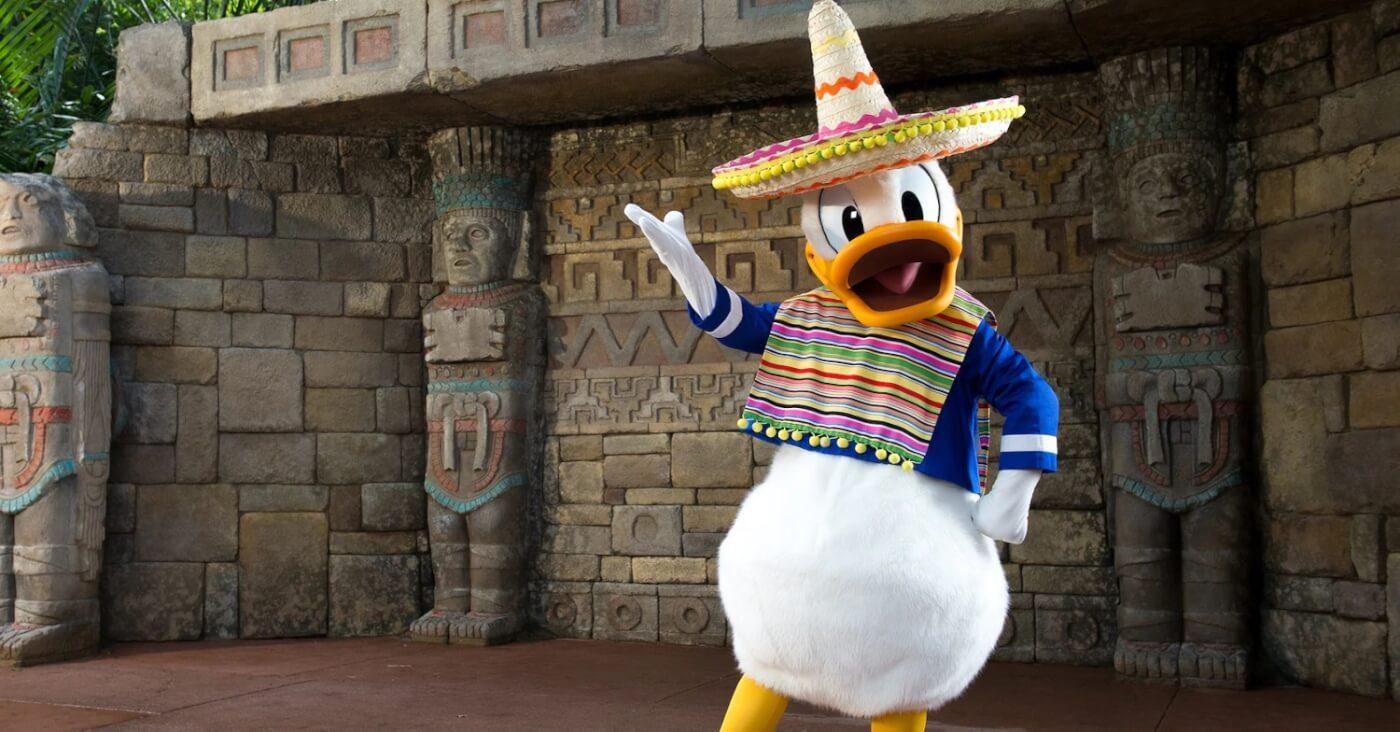 Donald Duck steht mit Sombrero und Poncho bekleidet vor seiner Fotolocation im mexikanischen Pavillon in Epcot