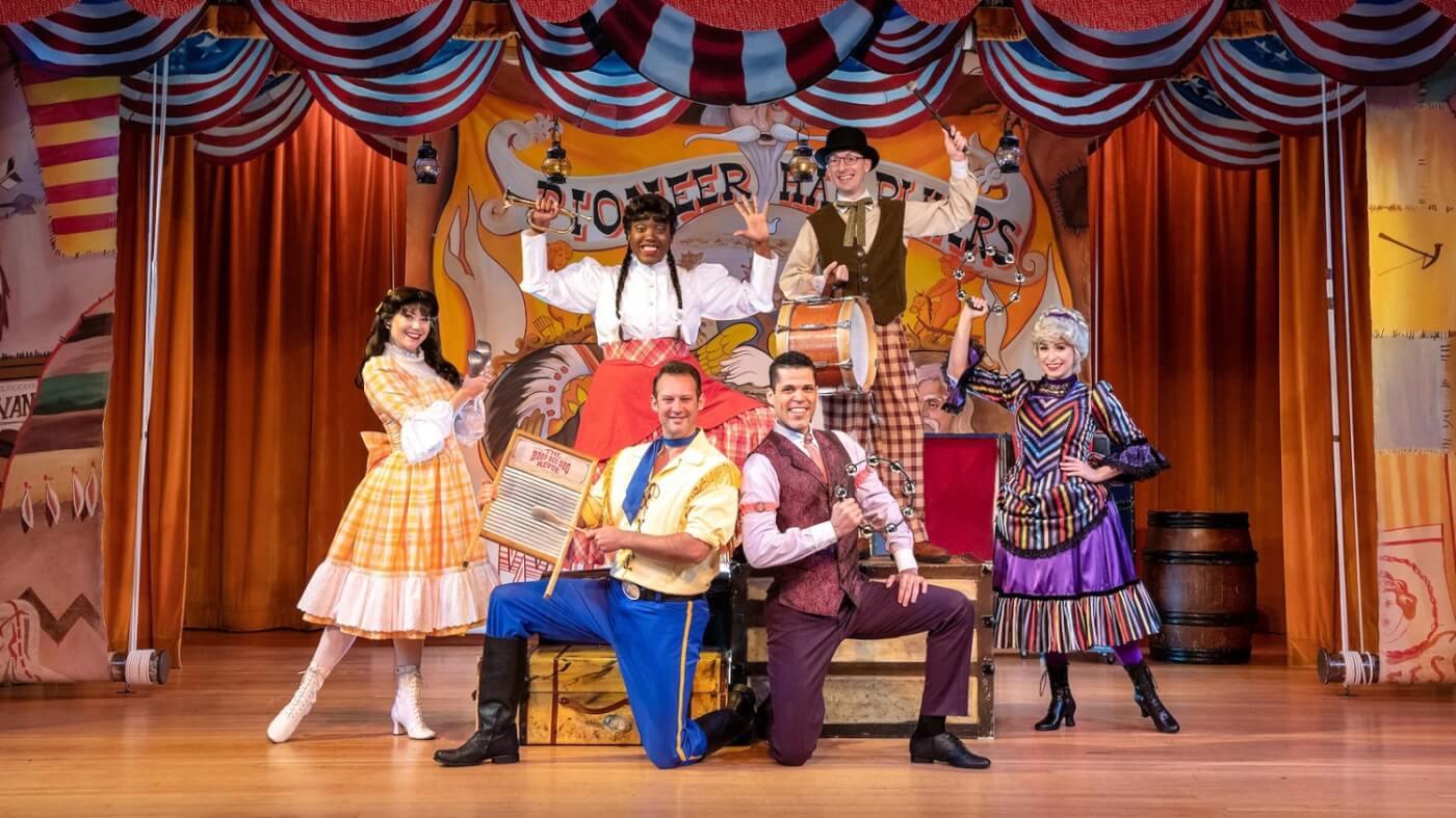 Darsteller der Hoop-Dee-Doo Musical Revue stehen in ihren Kostümen auf der Bühne und posieren für ein Foto