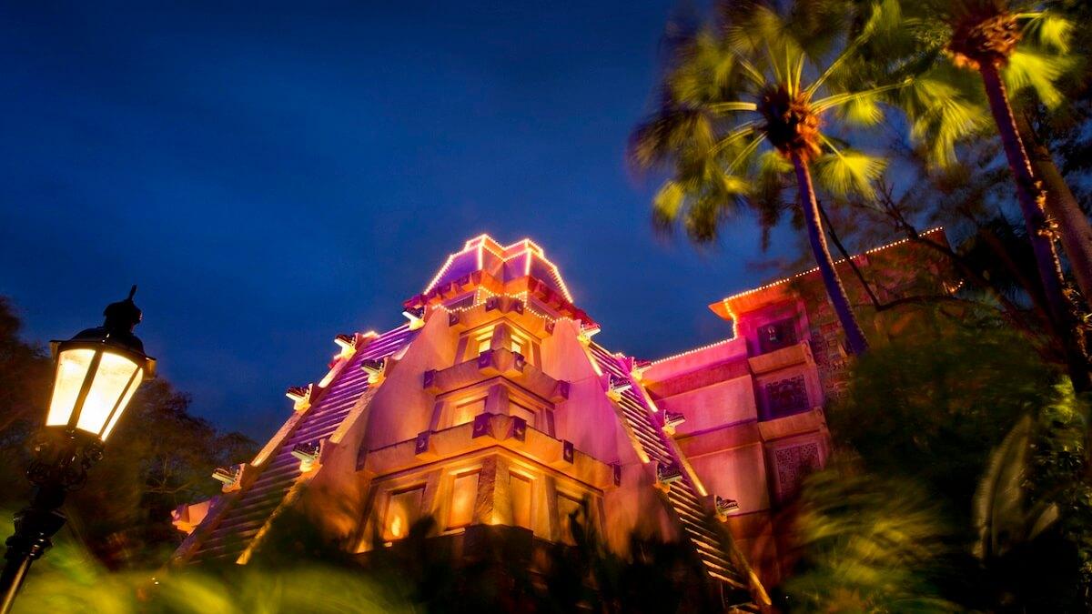 Blick auf die beleuchtete Maya-Pyramide im mexikanischen Pavillon in Epcot bei Nacht