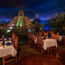 Blick auf einige Tische im San Angel Inn Restaurante im Mexico-Pavillon in Epcot