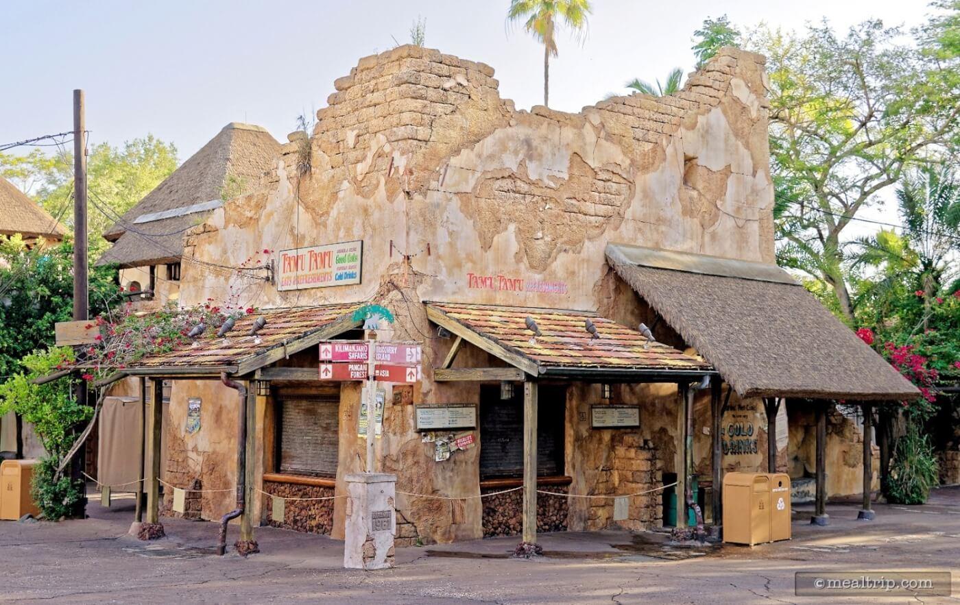 Foto eines heruntergekommen aussehenden kleinen Gebäudes, das den Snack-Kiosk Tamu Tamu Refreshments in Disney's Animal Kingdom beherbergt