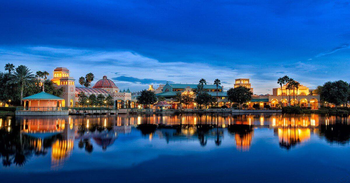 Blick über den Lago Dorado und einige Gebäude von Disney's Coronado Springs Resort in der Dämmerung