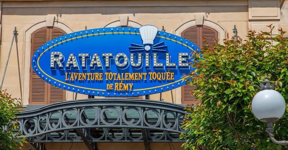Ein blaues ovales Schild über dem Eingang zur Attraktion Ratatouille The Adventure in Disneyland Paris