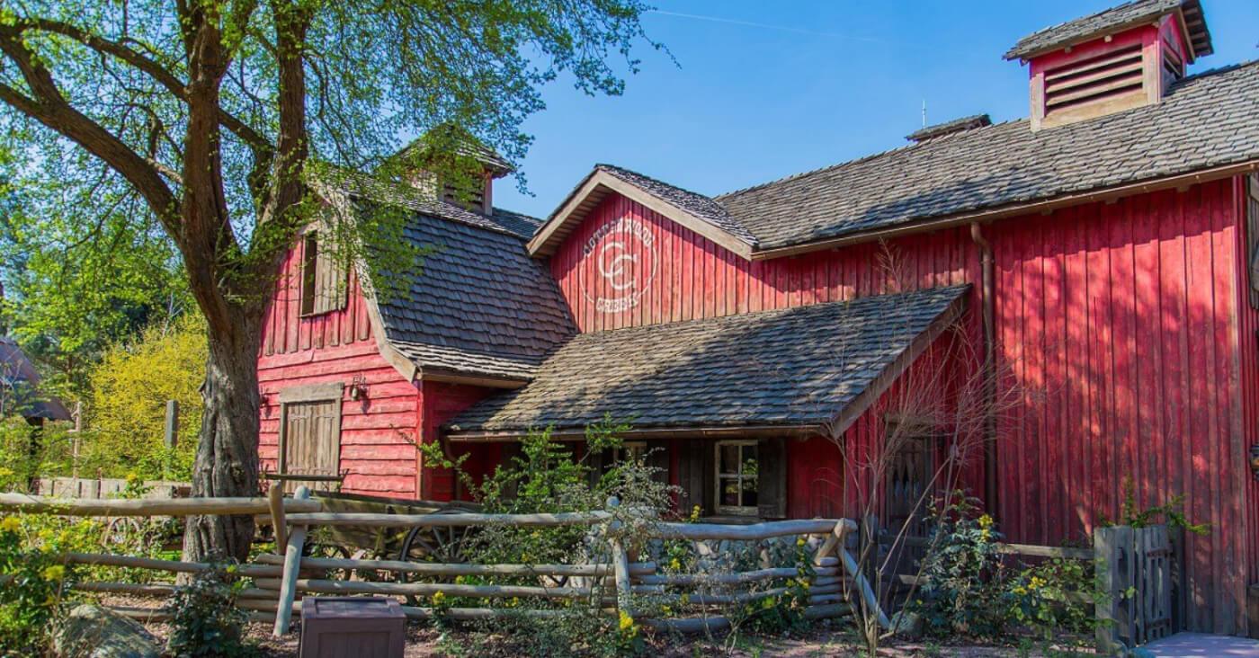Die alte Scheune, heute ein Restaurant, mit Blick von der Seite.