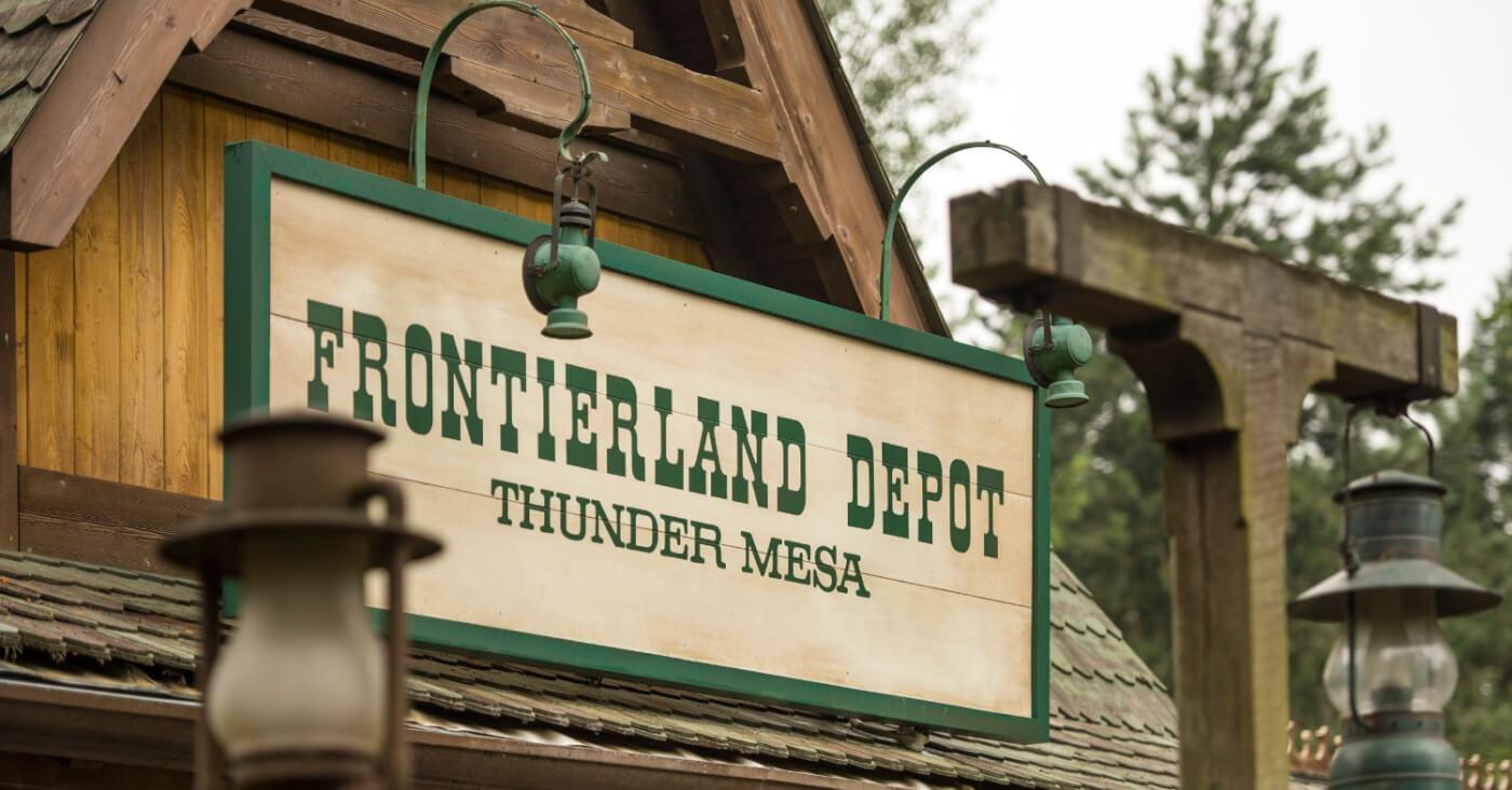 """Die große urige Hütte wird durch das Schild """"Frontierland Depot Thunder Mesa"""" kenntlich gemacht."""