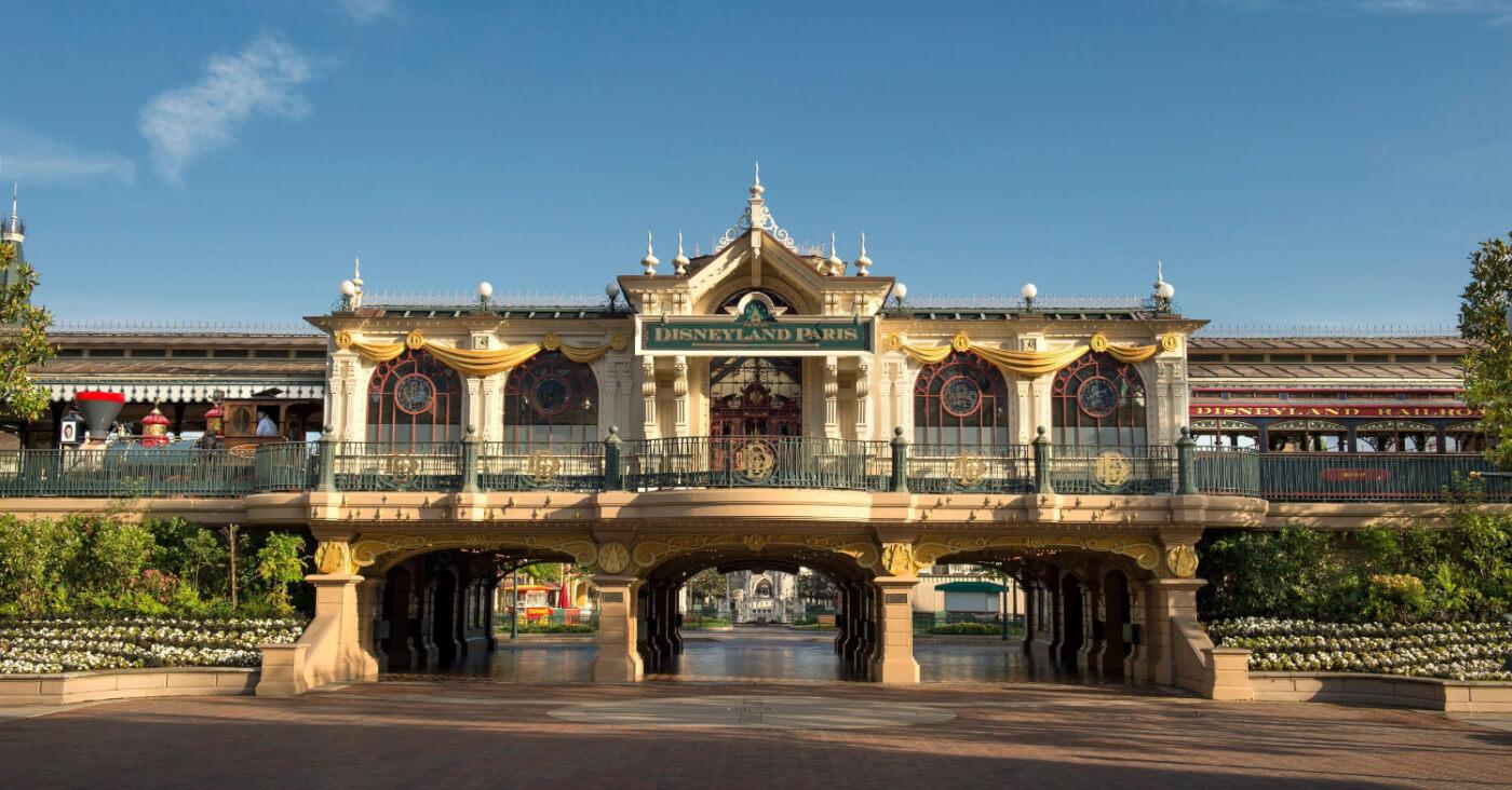 Die Railroad Station mit Blick vom Eingang des Disneyland Park.