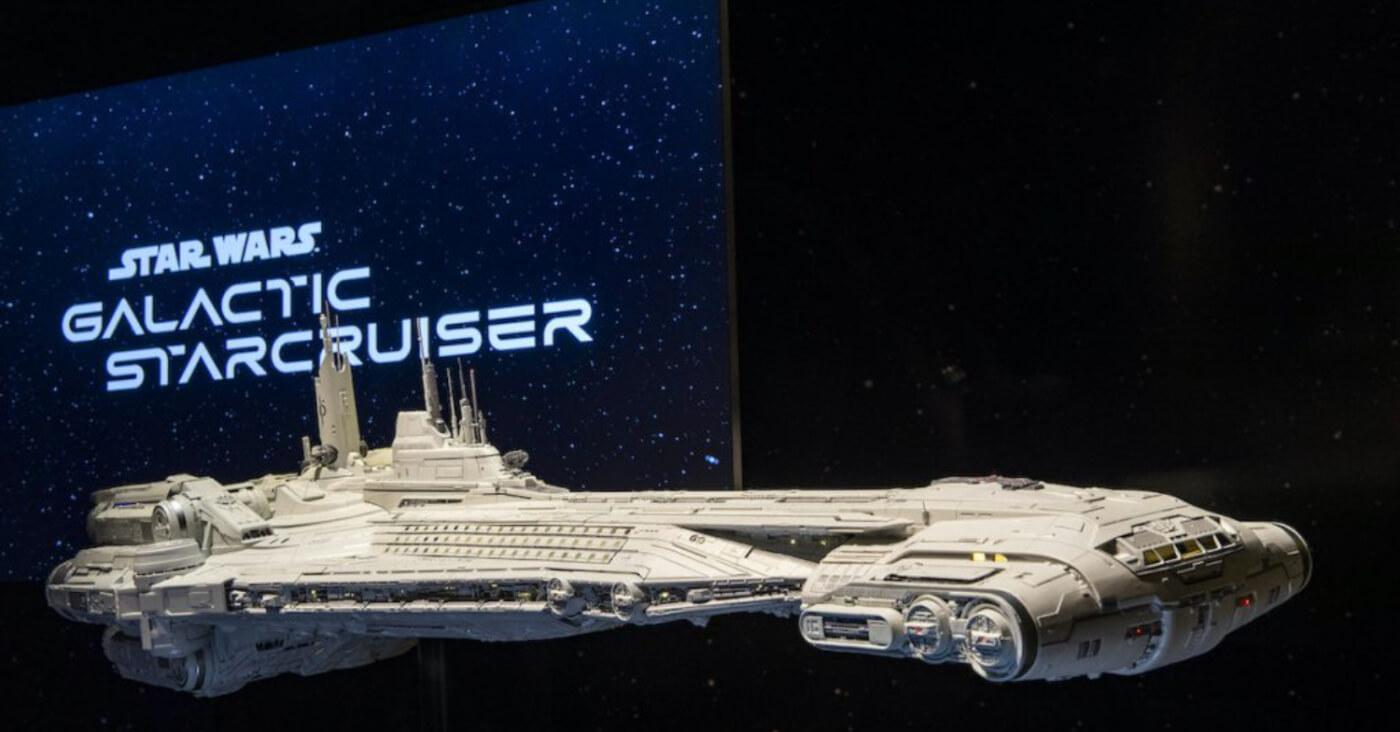 Das Raumschiff Halcyon von der neuen Attraktion Galactic Starcruiser.