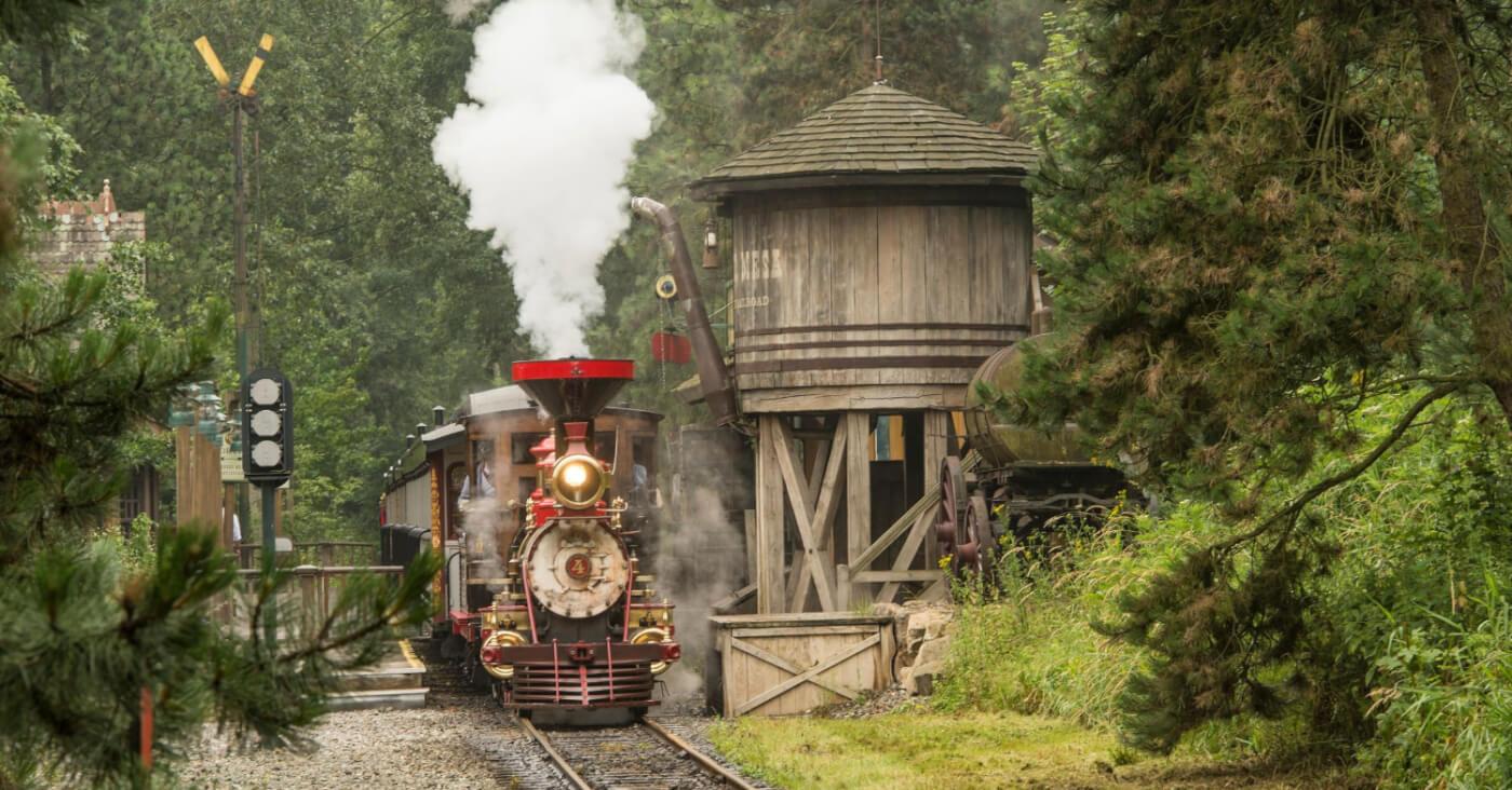 Die Disneyland Railroad von vorne, bei ihrer Abfahrt aus dem Frontierland Depot