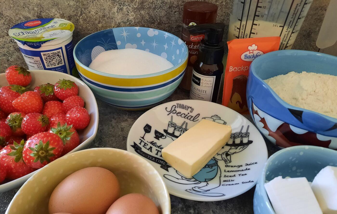In mehreren Schalen liegen die für den Strawberry Shortcake benötigten Zutaten