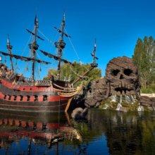 Adventure Isle mit Piratenschiff und Skull Rock