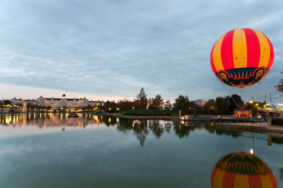 Wasserspiegelung des Hotels Newport Bay Club am Lake Disney in den Abendstunden