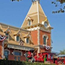 Eisenbahn in Disneyland fährt in Station ein