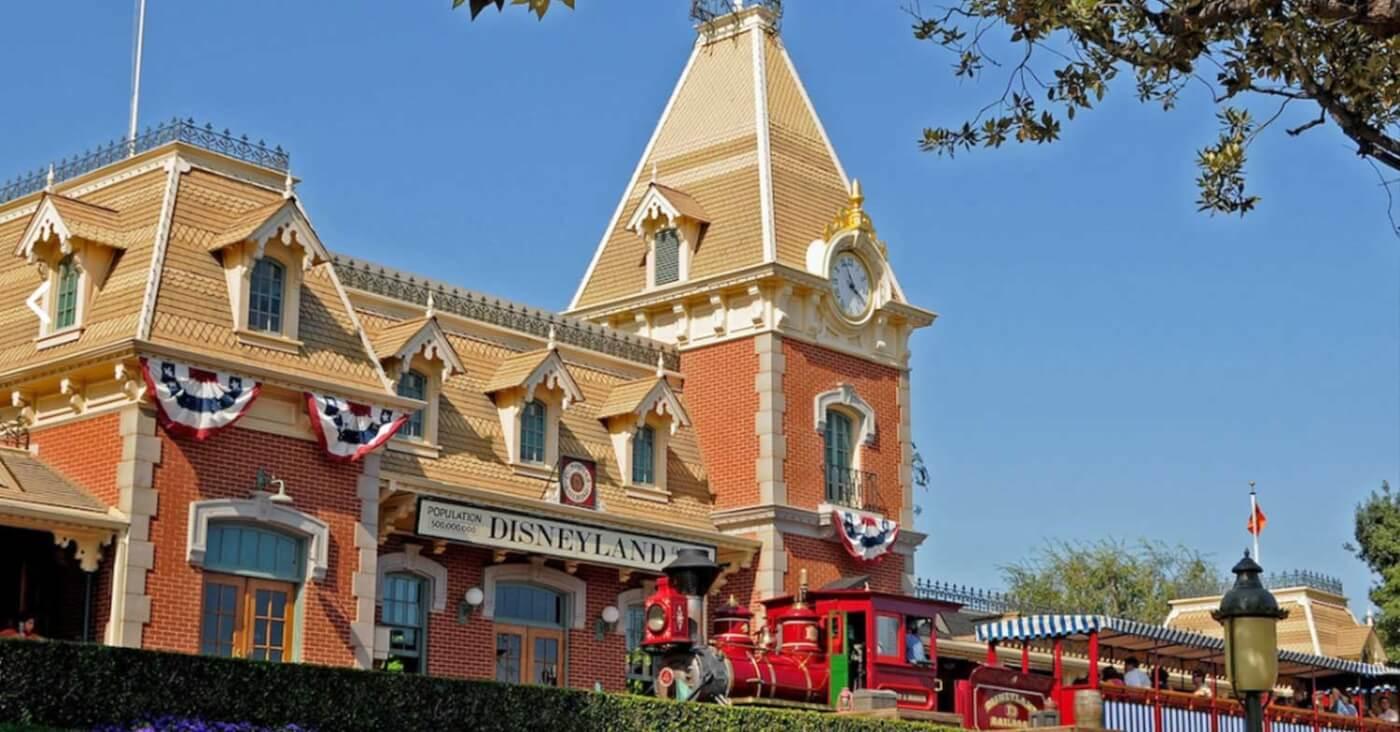 Die Disneyland Railroad hält in Anaheim vor dem Eingang zum Disneyland Park