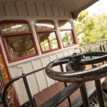 Nahaufnahme eines Metallrads, das als Wagonbremse der Disneyland Railroad dient