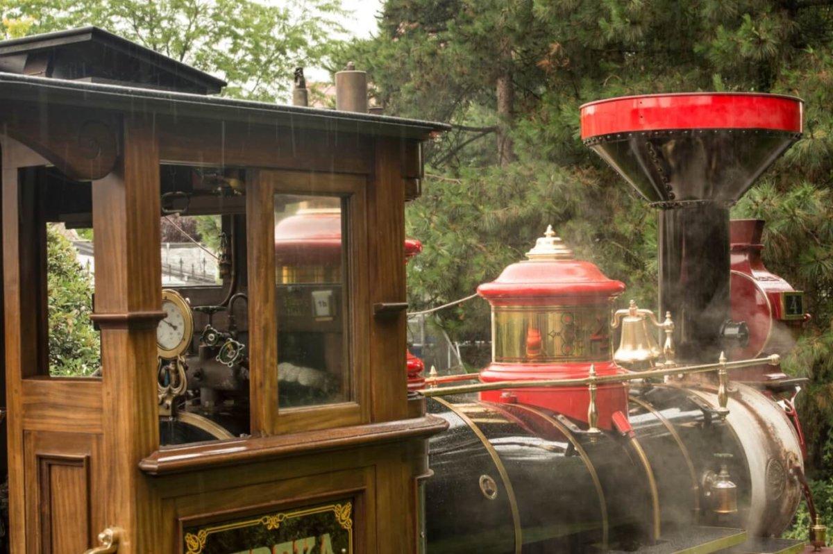 Blick in das hölzerne Führerhaus einer Eureka Eisenbahn, an der gerade Dampf aufsteigt