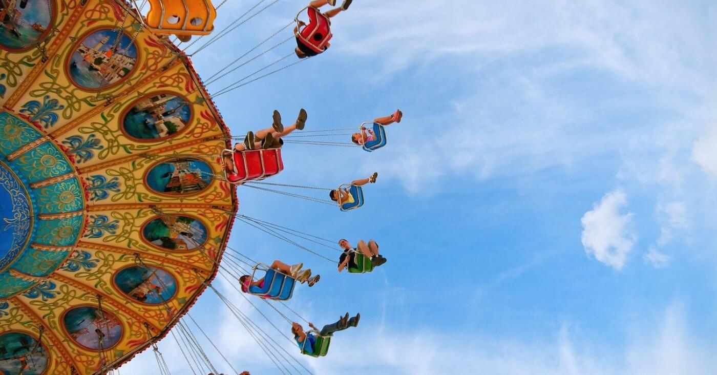 Frankreich diskutiert die Wiedereröffnung von Freizeitparks. Symbolbild: Kettenkarussell