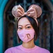 Frau trägt Briar Rose Gold Spirit Jersey Maske und Minnie Mouse Ohren