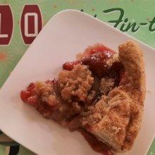 Ein Stück Rhabarber-Erdbeer-Kuchen auf einem kleinen Teller und einer Platzmatte mit Cars-Motiv